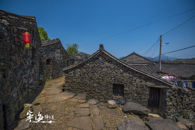 村民住宅都是采用石木结构,村内钢筋混凝土的房屋很少.