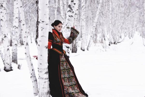冬日的白桦林里,能闻到雪的清香.