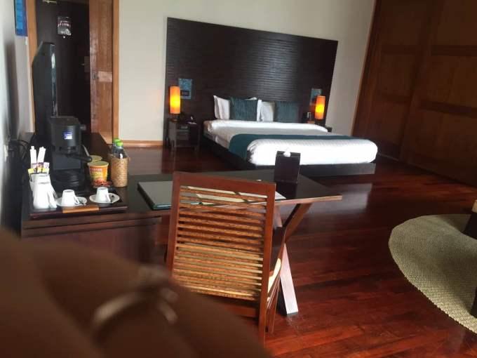 氺屋很大,有一个衣帽间,一个卫生间,一个大洗漱间,一个大卧室,外面
