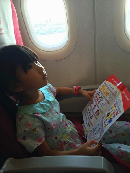 这个小朋友每次坐飞机第一件事就是看安全须知