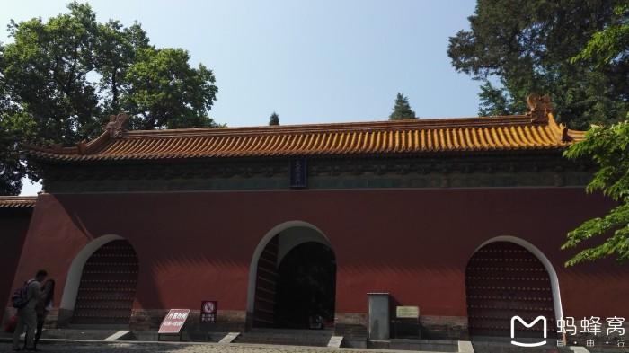 周庄始建于1086年,是隶属于江苏省昆山市和上海交界处的一个典型的江南水乡小镇,周庄因水成街,因水成路,水滋润着周庄,水丰富着周庄,水是周庄的灵魂,水乡小巷多,人家尽枕河。于2003年被评为中国历史文化名镇,最为著名的景点有:沈万三故居、富安桥、双桥、沈厅、怪楼、周庄八景等。沈厅为清式 院宅,整体结构严整,局部风格各异;此外还有澄虚道观、全福讲寺等宗教场所。