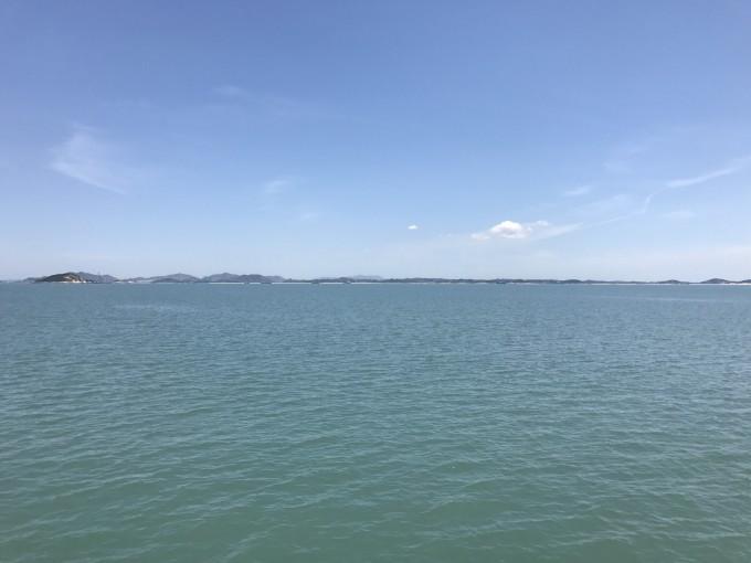 这是一个远离大陆,临近台湾海峡的无人岛,还未来得及被尘世沾染的世外桃源,没有商业的污染,没有浑浊的海水,这里远离城市的喧嚣,远离人情的世故。她,就是福建的马尔代夫东甲岛。据说以前这是一个走私的贸易点,后来走私团伙被端之后就成了一个荒岛,目前岛上就住着一户人家。 从福州乘大巴经东瀚到达沃口码头,大概行驶了两个多小时。在码头还停着许多自驾车,大多应该是去塘屿岛的,去东甲岛的还是少数的。到了沃口码头得换乘船上岛,这里得说说开往东甲岛的船是根据团队的时间而运作的,听说想要到东甲岛得事先了解什么时候有船,要不