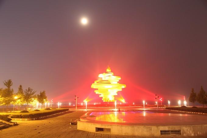 青岛栈桥是青岛海滨风景区的景点之一,是青岛的重要标志性建筑物和