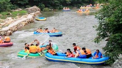 奇石峡漂流位于辽宁省凤城市刘家河镇蛟洋峪村,漂流河道全长10.