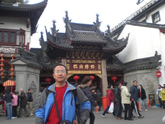 豫园坐落于位于上海市中心的黄浦区,是明朝时期的私人花园,建于1559年,充分展现了中国古典园林的建筑与设计风格,是江南园林中的一颗明珠。如今,它已经成为到上海观光的国内外游客常去的游览胜地。园内有江南三大名石之称的玉玲珑、1853年小刀会起义的指挥所点春堂,园侧有城隍庙及商店街等游客景点。豫园于1961年开始对公众开放,1982年被国务院列为全国重点文物保护单位。豫园附近有多家著名食店,包括以小笼包著名的南翔馒头店、绿波廊及上海老饭店。图片 豫园位于上海老城厢东北部,北靠福佑路,东临安仁街,西南与老城隍庙