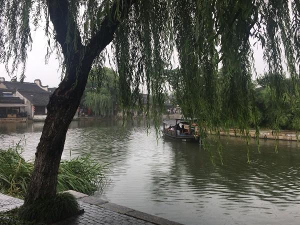 """""""廊棚一夜遮风雨,积善人家好运来.""""   西塘   的廊街连绵不断,且"""