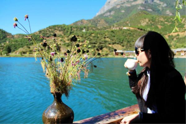 泸沽湖 游记  老婆的闺蜜~~我们在喝咖啡,看湖景~~ 这家店的店员是