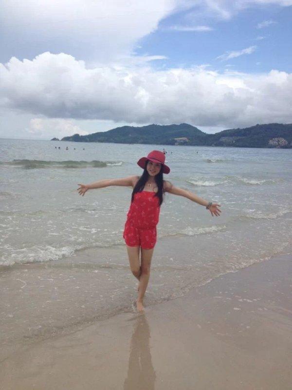 一个人的旅行--漫步普吉岛   在海滩信步时,发现了很多人在玩拖伞