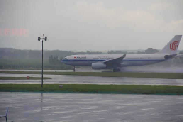 乘坐南航cz6279,10:25准时起飞,通过飞机窗口,看到外面的朵朵白云