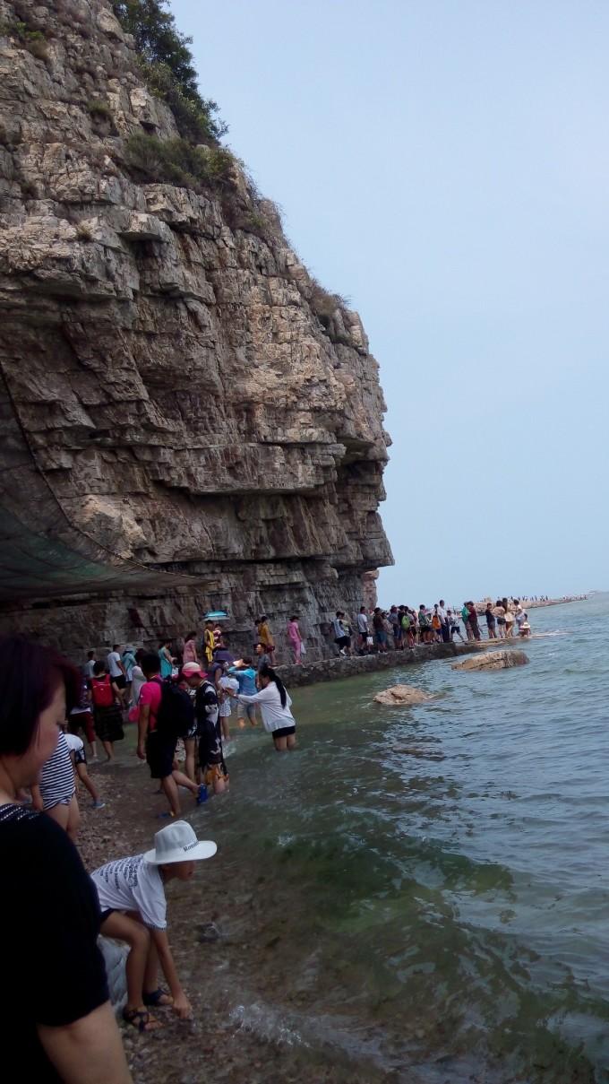 九丈崖悬崖峭壁,非常危险,在悬崖下过的时候一定要当心,小心山顶坠石