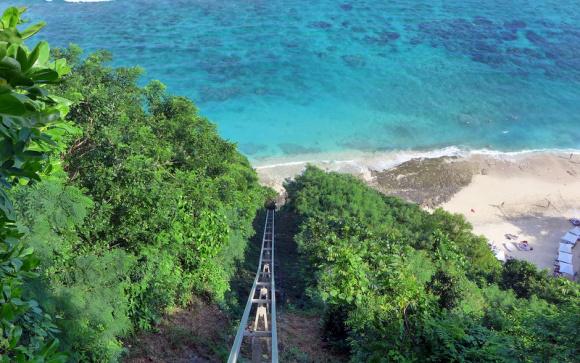 海景餐厅内欣赏着一望无际的印度洋美景和巴厘岛最具标志性的无边泳池