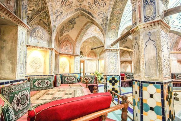 内部装修是典型的什叶派伊斯兰风格.