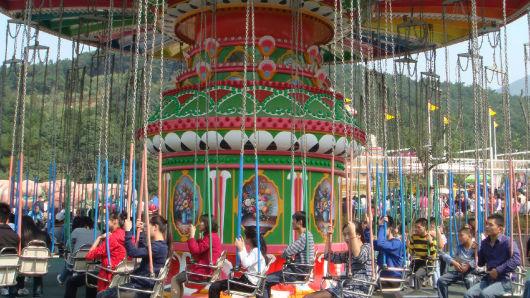 无锡动物园太湖欢乐园分为动物园区和游乐园区,游客在园区自由活动.