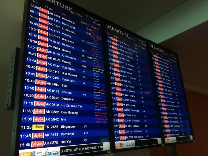 时刻关注机场内led航班动态  大约10点 顺着人流我们朝着这个gate