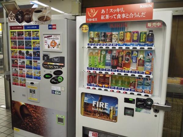 自动贩卖机.左边的是咖啡贩卖机,右边的是饮料贩卖机.