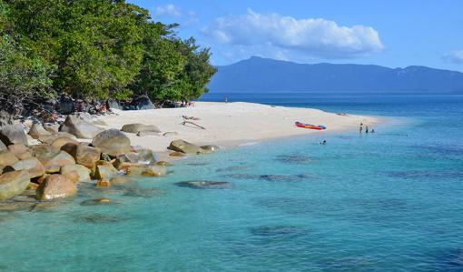 """大堡礁 The Great Barrier Reef 大堡礁是世界最大最长的珊瑚群,纵贯于澳大利亚东北沿海,绵延伸展共有2011公里,由2900余大小不一的珊瑚礁岛组成,自然景观非常特殊。凯恩斯作为大堡礁最佳出海城市,在风平浪静时,游船穿梭于礁群间,璀璨壮丽的珊瑚、繁复多样的海洋生物,吸引着世界各地游客,是猎奇观赏的最佳海底奇观,并于1981年列入世界自然遗产名录。  凯恩斯 Cairns 凯恩斯被誉为世界最理想居住城市之一,被誉为""""热带之都"""";热带雨林中的美丽市镇库兰达(Ku"""
