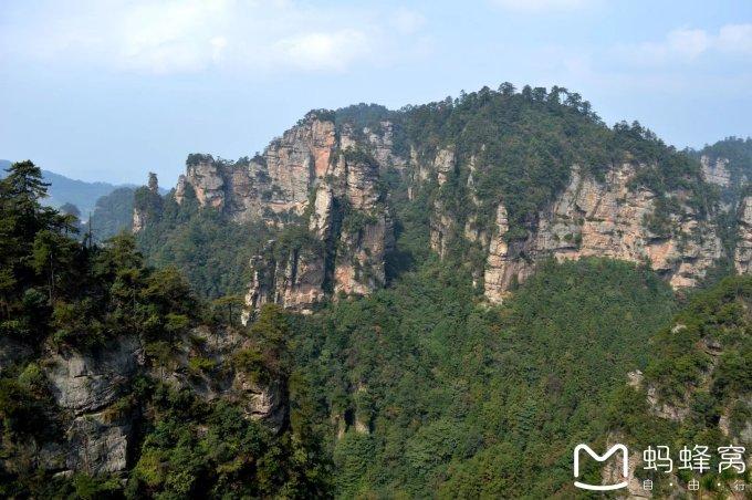 介绍几个比较经典的景点:       罗汉迎宾:从南面登黄石寨,上行