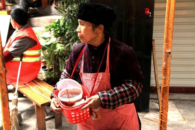在重庆街头,端一碗小面,念你的名字